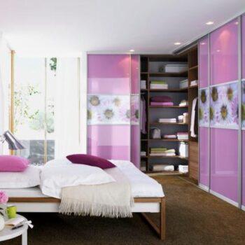 Schlafzimmer mit Einbauschrank und Schiebetüren von Raum Plus